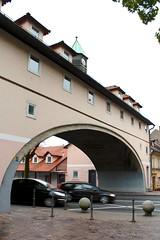 Karlovška cesta (Brian Aslak) Tags: ljubljana laibach slovenija slovenia europe karlovškacesta arch road cars