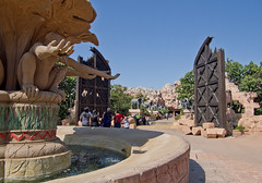Count elephants for sleep (kud4ipad) Tags: 2015 southafrica sunsity smcpentaxda1645mmf40 sculpture architecture elefant fountain gate sky rock