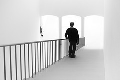 downstairs (bauingenieuse) Tags: frankfurtammain museum für moderne kunst 2015 frankfurt architektur modern schwarz weis treppe aufgang abgang bauingenieuse architecture 1020mm sigma art canon 60d perspektive downstairs highhey