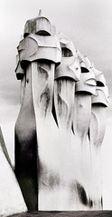 I guerrieri di Gaudì (gianclaudio.curia) Tags: barcellona pedrera casamilà spagna bianconero blackwhite pellicola kodak kodaktrix sviluppo agfa rodinal cartafotografica ilfordmultligradeivrcdeluxe cameraoscura grana nikon nikonfm3a nikkor10525 contrasto