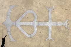 c'est la croix camarguaise.. (LucaBertolotti) Tags: camargue france provencealpescôtedazur saintesmaries saintesmariesdelamer croixcamarguaise croixdegardians symbole symbol minimal minimalism lessismore silhouette placedeléglise