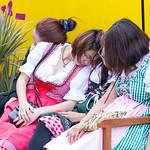 Betrunkene Oktoberfest-Gäste aus Asien thumbnail