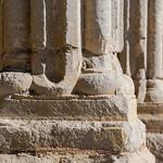 Detall del podi de les columnes del porxo  de Santa Maria de la Bovera thumbnail
