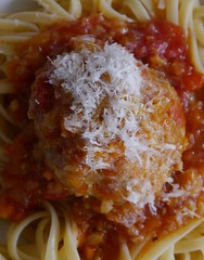 Mailänder Klops (BeMo52) Tags: pasta nudeln worldpastaday tomatensauce sofritto tagliatelle granapadano food hing is
