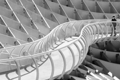 S. (Jose_Pérez) Tags: sevilla seville setas metropol parasol metropolparasol blackandwhite blancoynegro byn bw street streetphoto urban curva s line lines