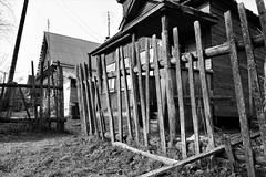 Ветхий штакетник (Kobza2) Tags: чёрное белое фото ветхий старый штакетник дырки в заборе дом родина отечество память и история семья семейное гнездо