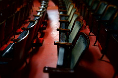 fallow field (KevinIrvineChi) Tags: dscrx100 sony lawrenceave prestonbradley ohc2017 ohc openhousechicago uptown illinois chicago seats theater chairs hatracks padded plush velour crushed red teal