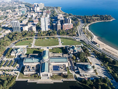 Luftbildaufnahme vom Museum of Science and Industry, East Hyde Park und Promontory Point (marcoverch) Tags: phantom3 dji travel digitalnomad luftaufnahme reisen aerial aerialphotography reiseblogger luftbildaufnahme chicago illinois usa us museumofscienceandindustry easthydepark promontorypoint city stadt antenne reise noperson keineperson architecture diearchitektur water wasser cityscape stadtbild town house haus urban städtisch skyline sight sehenswürdigkeit outdoors drausen seashore strand watercraft wasserfahrzeug transportationsystem transportsystem ship schiff landscape landschaft panorama road strase family naturaleza lego feet walking pet auto fujifilm pumpkin fuji