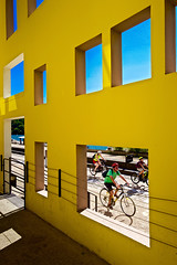 Lyon - Mur jaune et maillot vert. (Gilles Daligand) Tags: lyon rhone quai rambaud mur jaune yellow wall greenjersey velos cyclistes leica q