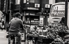 Calle O´higgins, esquina Colocolo, cuando el semáforo da verde. (rbastias1991) Tags: street carro bicicleta frutas micro monocromo gente calle cajón semáforo