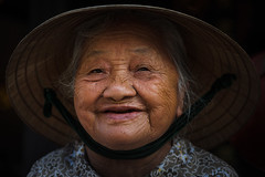 The Lady from Hoi An (Hoi An, Vietnam 2009) (Alex Stoen) Tags: 5dmk2 alexstoen alexstoenphotography canon canon5dmarkii collection ef24105f4lisusm flickr funny geotagged grace graceful gracia hat hoian indochina indochine oldlady oldwoman people portrait retrato smiles smiling sonrisa sourire traditional travel vietnam old smugmug webh