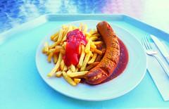 Currywurst & Pommes Frites (JaBB) Tags: currywurst pommesfrites curriedsausage frenchfries ketchup food lunch essen nahrung nahrungsmittel mittagessen kantine betriebsrestaurant