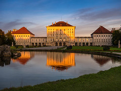 Schloss Nymphenburg im Abendlicht (bayernphoto) Tags: muenchen munich schloss nymphenburg castle sonnenuntergang park herbst verfaerbung foliage autumn fall blaetter sunset abendsonne sonnenstern shooting warmes licht evening light warm grosser kleiner see apollo tempel rot orange knallig bunt colorful