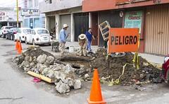 Brigada de alcantarillado de #SAPAO continúan los trabajos de reparación del tubo de drenaje en  Periférico, Col. Libertad #Oaxaca.