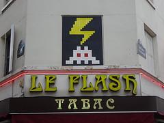 Flash : PA 1207 / Space Invader (juillet 2016) (Archi & Philou) Tags: streetart spaceinvader pixelart flash tabac café mosaïque mosaic carreau tiles