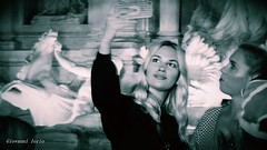 Selfie blond (ioriogiovanni10) Tags: turista turist fontanaditrevi light luci ombre monotone monocromatico blackewhite biancoenero click moment girls occhi eyes été bionda faccia viso sorriso face femme fille ragazza girl blond selfie leica lumix panasonic