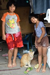 sisters with their cat (the foreign photographer - ฝรั่งถ่) Tags: two sisters cat khlong thanon portraits bangkhen bangkok thailand nikon d3200