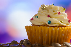 vanilla, white chocolate & almond cupcake 29/31 (sure2talk) Tags: vanillawhitechocolatealmondcupcake dragees silver coloured hearts balls cupcake homemade nikond7000 nikkor85mmf35gafsedvrmicro closeup shallowdof october2017amonthin31pictures