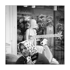 Images Singulières du Portugal #56 (Napafloma-Photographe) Tags: 2017 algarve architecturebatimentsmonuments bandw bw bâtiments catégorieprojet géographie métiersetpersonnages objetselémentsettextures personnes portugal techniquephoto vacances blackandwhite boutique linge monochrome napaflomaphotographe noiretblanc noiretblancfrance photoderue photographe portrait province streetphoto streetphotography tissusvêtementschaussures france fr