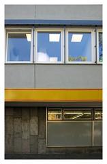 Zerteiltheitsgrade / Degrees of Partioning (bartholmy) Tags: berlin tiergarten supermarkt supermarket netto fenster schaufenster spiegelung reflection büro office büropflanze officeplant fassade facade aufkleber sticker piktogramm pictogram feuerwehr firebrigade feuerwehauto fireengine minimal minimalism minimalismus minimalistisch abstrakt abstract