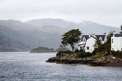 Rainy day (Maximilian Kauß) Tags: 2017 canon eos 650d uk scotland schottland sommer summer schönwetterfotograf efs18135mm stm dslr fotogeilo allesfürdasfoto sky urlaub holiday travel traveling raw reise grosbritannien vereinigtes königreich united kingdom great britain morning morgen wolken clouds schlechtes wetter mountain landscape landschaft nature natur see wasser berg f3556 is himmel fluss baum meer bucht abhang sea felsen highland highlands hochland von schottisches nebel fog regen rain eileanban vereinigteskönigreich kyleakin isle skye mk gras haus house home water