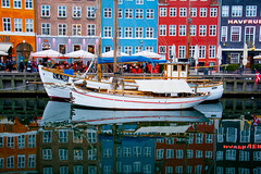 barcos en el muelle (martineugenio) Tags: copenhague colour color reflect reflejos lights lines nikon europa sea water boats builds
