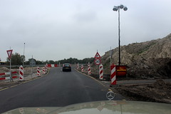 Coming up from the tunnel, a sharp right turn! (Davydutchy) Tags: roadworks wegwerk strasenbau bauarbeiten knooppunt junction autobahnkreuz kreuz joure heerenveen scharsterbrug skarsterbrêge a7 a6 wegomlegging umleitung detour mercedesbenz mercedes ster stern star w123 road october 2017