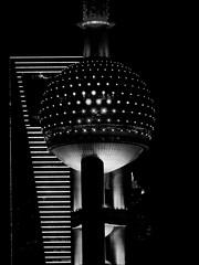 Shanghai - La tour Perle d'Orient et le Shanghai World Financial Center. (Gilles Daligand) Tags: chine shanghai china tours gratteciel perledorient shanghaiworldfinancialcenter architecture décapsuleur tourdelatelevision noiretblanc bw monochrome panasonic gx7