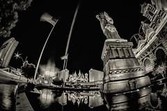 Golden Vegas (M-Z-Photo) Tags: lasvegas nevada usa us ladyliberty statue langzeitbelichtung nachtaufnahme stadt wasserspiegelung brunnen sepia