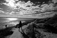 B&W Nature (Daniel Nebreda Lucea) Tags: beach playa nature naturaleza landscape paisaje monochrome monocromatico light lights luz luces shadows sombras walk andar walking andando woman girl mujer chica sky cielo clouds nubes cloudy nublado sun sol path camino paso travel viajar argentina latino latinoamerica noir canon 60d 1018mm silueta outdoor exterior port puerto madryn