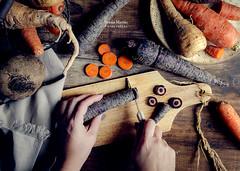 Otoño en la mesa (Soniaif) Tags: cortar madera marrón naranja otoño planocenital verduras zanahorias chirivías remolachas cutting wood brown orange autumn vegetables carrots