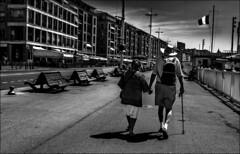 Marchons, marchons...! (vedebe) Tags: noiretblanc netb nb bw monochrome humain people rue street ville city port vieuxport marseille banc