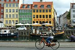 Copenaghen, in bicicletta lungo il porto canale di Nyhavn (Valerio_D) Tags: københavn danmark nyhavn copenaghen copenhagen danimarca denmark 2017estate 1001nights 1001nightsmagiccity vincitricesoloconcorsi