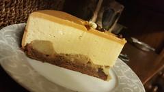 Gâteau mousse caramel, poires caramelisees et biscuits cacao. (Claire Coopmans) Tags: gateau cake birthday birthdaycake poires pear mousse cacao glacage miroir caramel caramelbeurresalé belgique belgium patisserie