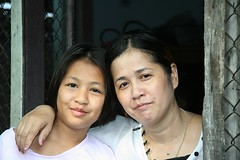 mother and daughter (the foreign photographer - ฝรั่งถ่) Tags: mother daughter teenager khlong thanon portraits bangkhen bangkok thailand canon