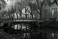 autumn light@Kö-Graben(moat), Düsseldorf 7 (Amselchen) Tags: mono people kö düsseldorf germany canal moat reflection bridge streetphotography street bnw blackandwhite lightandshadow light shadow fujifilm fujifilmxseries fujinon xt2 fujifilmxt2 xf35mmf14r