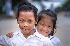 Koh Trong, Cambodia (Aicbon) Tags: verde girls child kid niña nena retrato portrait cambodia cambodja camboya kampuchea khmer jemer escuela colegio patio recreo isla mekong kohtrong kratié southeastasian sudesteasiatico sudestasiàtic mirada bokeh canon indochina indoxina asia