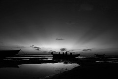 Fishermen sunset encounter (alestaleiro) Tags: bw bianconero monocgrome monocromo mono blanconegro atardecer sunset sole tramonto jericoacoara jeri ceará brasil alestaleiro peaceful