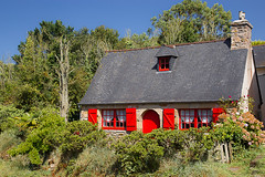 La maison aux volets rouges (Erminig Gwenn) Tags: plouguerneau bretagne france fr breizh bzh brittany finistère pennarbed 29 armor abers aberwrach lightroom lightroomcc adobe canoneos6d canon dslr fullframe pleinformat 24x36 reflex pierres stone granit ancient old ancienne house maison traditionnelle traditional pennty ty rouge red volets porte door colorée colored port harbour