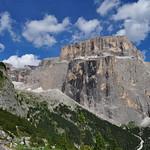 Sasso Pordoi (2950 m), route du passo di Sella, Canazei, Val di Fassa, province de Trente, Trentin-Haut Adige, Italie. thumbnail