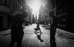 the middle (ThorstenKoch) Tags: streetphotography street strasse stadt schatten shadow silhouette sun sonne sunday morning dogwalk dog pov photography people picture pattern photographer city candit monochrome blackwhite bnw fujifilm fuji xt10 düsseldorf duesseldorf
