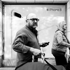 How many Smartphones do you see? (knipserkrause) Tags: iphone sw bw bauch brille bart frankfurt zeil