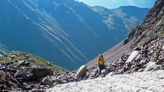 Po pokonaniu bardzo kruchego zbocza, pozostaję podejście lodowcem wyprowadzającym na półncno-wchodnią grań Marjanishvili. Monika. (Tomasz Bobrowski) Tags: wspinanie mountains gruzja kaukaz góry marjanishvili zeskhobasecamp caucasus georgia climbing