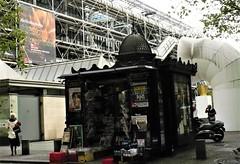 le kiosk (*F~) Tags: paris france autumn september quiosque kiosk humans people pigeons beaubourg ellespompidou femmes