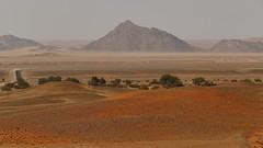unterwegs nach Sossusvlei (marionkaminski) Tags: namibia solitaire landscape paisaje paysage mountain montana montagne felder wüste desert desierto fields panasonic lumixfz1000 dunst