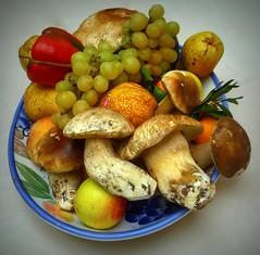 Autunno in tavola (fotomie2009) Tags: autumn autunno automne fall frutti funghi mushrooms fungi fungus porcini fruits stilllife naturamorta flora locanda cacciatori frutta verdura piatto natura morta pera mela uva cibo