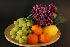 Obstschale (ingrid eulenfan) Tags: stillleben stilllife obstschale fruitbowl früchte fruit weintraube grapes mandarine zitrone lemon 50mm sonya77ii sony a77ii