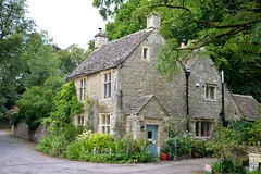 The red bucket (John Panneman Photography) Tags: red bucket cottage ampneycrucis cirencester cotswolds uk britain panneman stone green door nikon d610