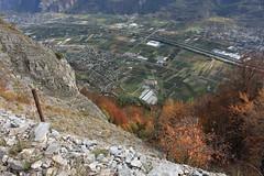 vue sur la plaine du Rhône (bulbocode909) Tags: valais suisse plainedurhône saillon saxon riddes montagnes nature villages automne vert rouge arbres forêts falaises