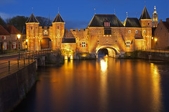 La porta d'oro / The golden gate (Amersfoort, Netherlands) (AndreaPucci) Tags: amersfoort netherlands koppelpoort medieval gate night andreapucci canoneos60 wall